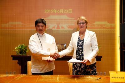 Ulrike Wulf-Rheidt, Leiterin des Architekturreferates an der Zentrale und Shan Jixiang, Direktor des Palastmuseums, unterzeichnen am 23. Juni 2015 in Peking eine Absichtserklärung zur Kooperation
