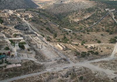 Nymphaeum und Kirchenterrasse an der Ost-West-Achse