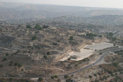 Siedlungshügel mit der Stadtmauer