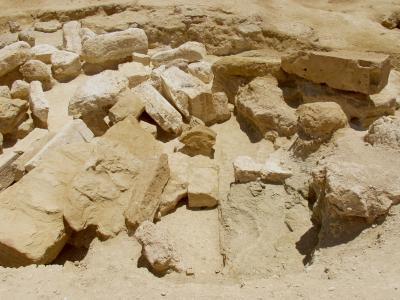 Umm Ubayda - Krypta mit Bruchstücken eines Alabasterschreins im hinteren Tempelbereich