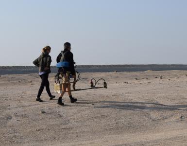 Umm el-Houl (Katar). J. Fassbinder und I. Hoffmann bei der Flächenprospektion