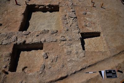 Umm el-Houl (Katar). Testschnitte in Sondage 4 zeigen Details in der Häuserkonstruktion der frühen Phase