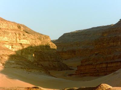 Der Einschnitt des Wadi im Südwesten der abydenischen Bucht galt als Eingang in die Unterwelt