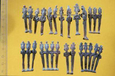 Die Osirisfiguren aus Kupfer und Bronze sind 4-5 cm hoch, Umm el-Qaab