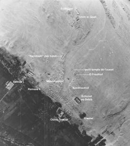 Luftbild des zentralen Areals von Abydos mit Osiris-Tempel und Umm el-Qaab.