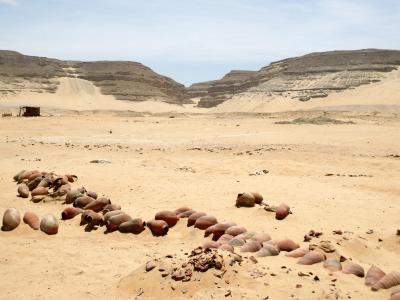 Spätzeitliche Keramikflaschen am Osirisgrab, im Hintergrund das Wadi, der Eingang in die Unterwelt