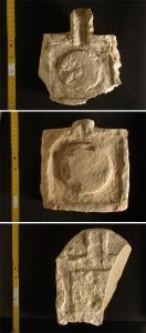 Steinerne Opferplatten von einem Kultplatz am Grab des Chasechemui