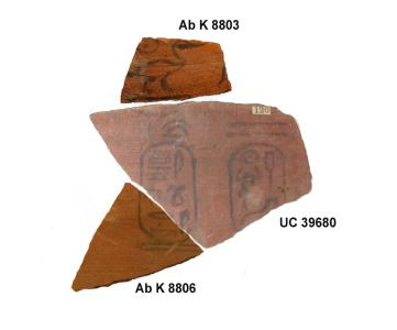Virtuell anpassende Scherben eines Votivgefäßes Osorkons I., 22. Dynastie. Das mittlere Fragment stammt aus den Grabungen Petries