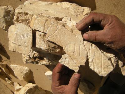 Zusammenfügen kleiner Fragmente des Osiris-Schreines, 13. Dynastie, Umm el-Qaab
