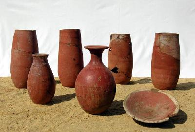 Keramikgefäße der 17. Dynastie aus der Schachtanlage K03.3