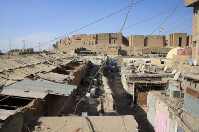 Auf den Dächern des Basars von Erbil, links vorne die teilweise eingestürzten Obergeschossräume der Qaisariya Ost, im Hintergrund die Zitadelle