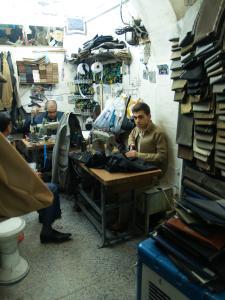 Erbil, Herrenschneider in ihrer Verkaufswerkstatt in der Qaisariya Ost