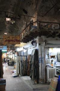 Erbil, Qaisariya Ost, überwölbter Gang mit Verkaufswerkstätten im Erdgeschoss sowie Obergeschoss mit Holzgalerie