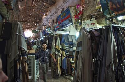 Erbil, Qaisariya Ost, Ladenpassage mit in den Gang ausgreifender Warenpräsentation der Schneiderwerkstätten