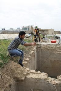 Erbil, Vermessungsarbeiten auf dem Dach des Basars über eingestürzten Obergeschossräumen der Qaisariya Ost