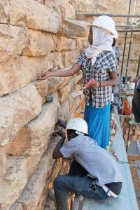 Angelernte Mitarbeiter aus Yeha (Äthiopien) sind an den Restaurierungsarbeiten am Großen.jpg