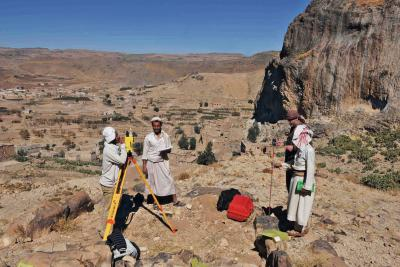 Mitarbeiter der jemenitischen Antikenbehörde und lokale Arbeitskräfte werden in Tan'im.jpg