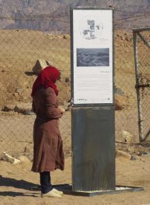 Mehrsprachige Informationstafeln in Hujayarat al-Ghuzlan, Jordanien.jpg