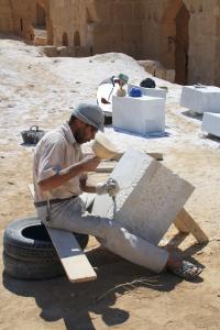 Steinmetzarbeiten für die Sicherung der Basilika A in Resefa (Syrien).jpg