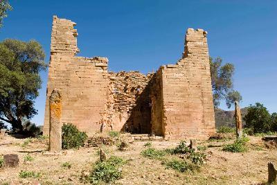 Eingangsbereich des Großen Tempels von Yeha mit vorgelagerten rezenten Gräbern.