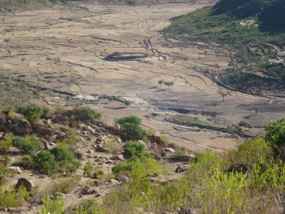 Yeha (Äthiopien). Aufgestaute Wasserquelle in einem östlichen Tal von Yeha und anschließende Felder vor der Regenzeit im Sommer
