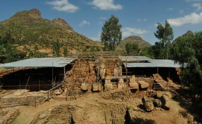 Yeha (Äthiopien). Monumentalbau Grat Beʿal Gebri mit Pfeilerpropylon und Türgewänden, um 800 v. Chr.