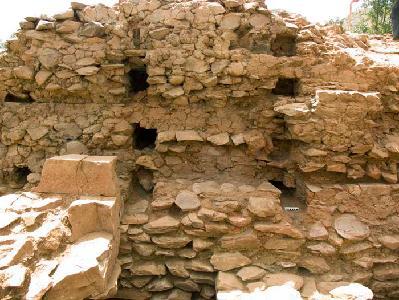 Yeha. Grat Be'al Gebri. Abdrücke der Holzarmierung in den lehmvermörtelten Bruchsteinmauern.