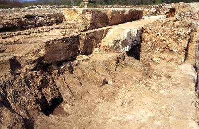 Die Südecke des zentralen Baukörpers. Links der Übergang von kaiserzeitlichem Podium zur Cella, rechts die seldschukische Ummauerung des Kernbaus