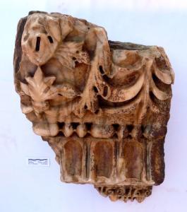 Fragment des kaiserzeitlichen Kranzgesimses des Hauptbaus