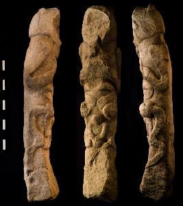 Skulpturierter Reliefpfeiler