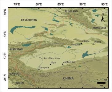 Karte der Autonomen Region der Uyguren Xinjiang mit Markierungen der sechs Fundplätze Sampula, Niya, Zaghunluq, Yanghai, Subeixi und Wupu