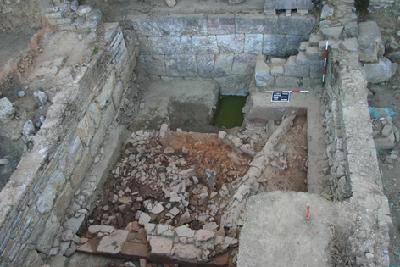 Lissos, Grabungsbereich A. Dachversturz vor der hellenistischen Mauer von Westen (2008)