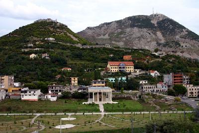 Lissos und Akrolissos von Westen mit dem Denkmal des Nationalhelden Skanderbeg in der Unterstadt (2005)