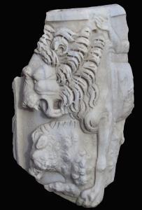 Sarkophagfragment in der Villa Wolkonsky