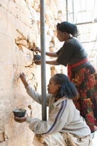 Restaurierungsarbeiten an den Rissbildern der Fassaden des Großen Tempels