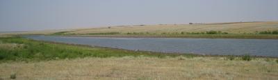 Steppenlandschaft in der Manych-Ebene mit Fluss