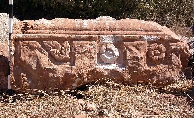 Raphaneae. Gebälkblock des römischen Tempels westlich von Neba at-Tannu