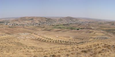 Raphaneae. Talbecken mit der antiken Stadt von Nordwesten