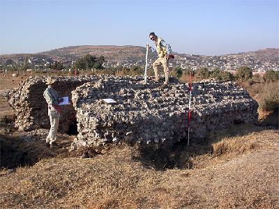 Raphaneae. Vermessung des antiken Grabbaus südlich von Ayn Bini