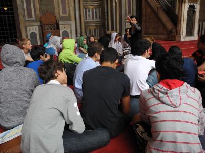Besichtigung einer Moschee in der Altstadt von Kairo, April 2013