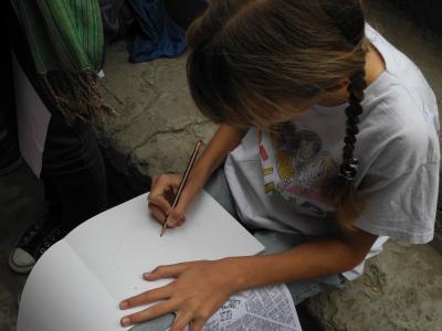 Schülerin zeichnet in der Altstadt von Kairo, April 2013