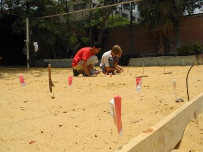 Vorbereitung der Ausgrabungsübung durch Praktikanten auf dem Schulhof der DEO am Projekttag Archäologie , Juni 2013