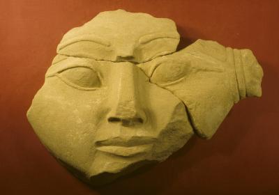 Gesicht des Kapitells einer Hathorsäule aus dem Grabtempel des Ramsesnacht