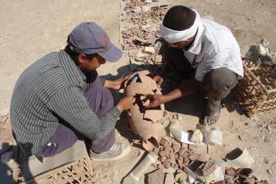 Zusammensetzen eines Keramikgefäßes